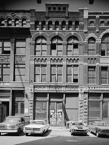 English: Building at 123 West Jackson Avenue i...