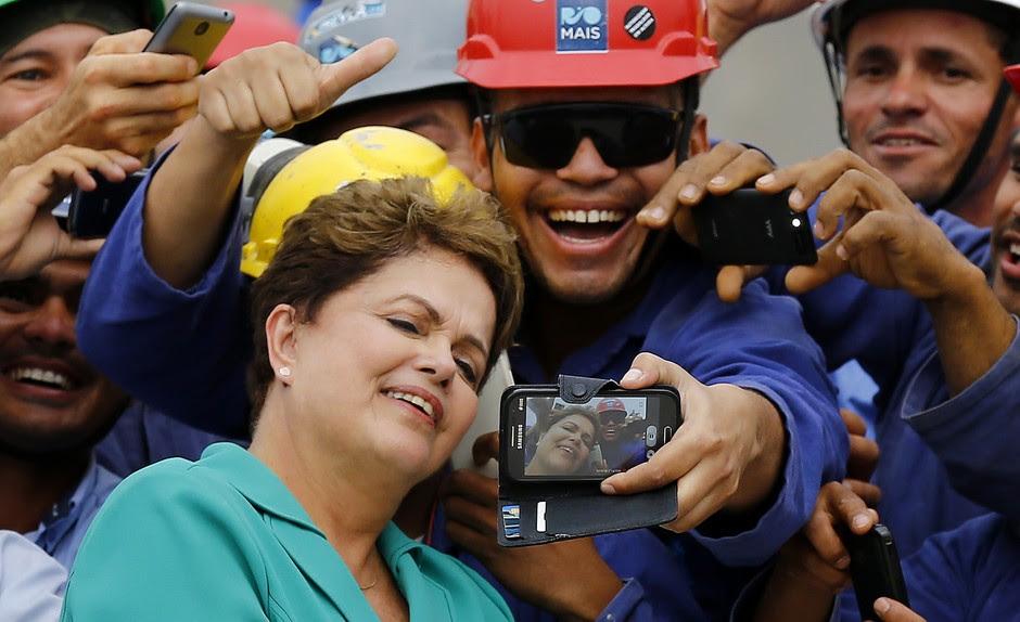Dilma participa de selfie com trabalhadores no Rio de Janeiro. No horário eleitoral, a campanha da presidente pediu aos eleitores que interagissem enviando fotos tiradas com a petista