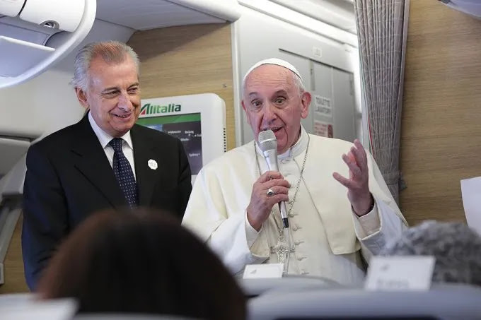 http://www.catholicnewsagency.com/images/size680/Pope_Francis_1_on_the_papal_flight_from_Cuba_to_Washington_DC_on_Sept_22_2015_Credit_Alan_Holdren_CNA_9_22_15.jpg