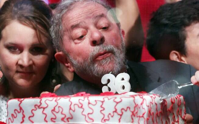 Ex-presidente assopra vela em bolo de comemoração pelos 36 anos do Partido dos Trabalhadores