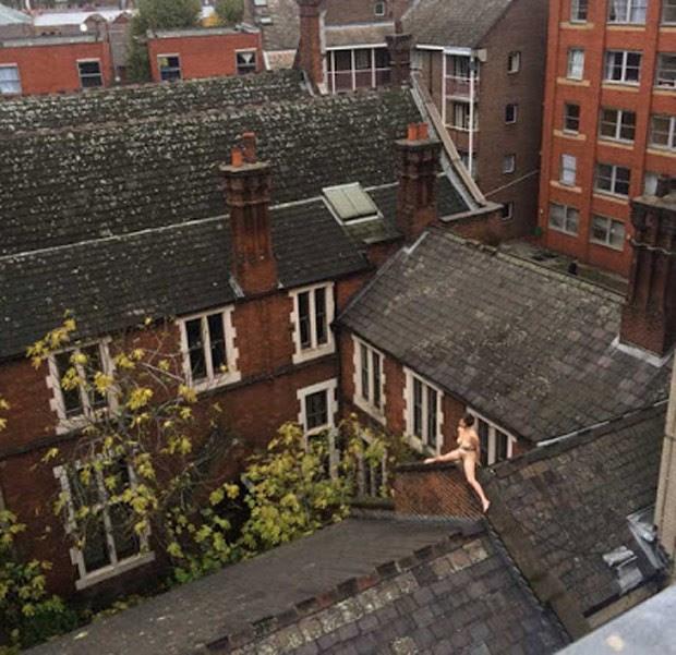 Mulher foi flagrada nua no telhado de prédio durante cerca de quatro horas (Foto: Reprodução/Twitter/Raquel Rodrigues)