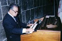 Músico adulto mayor trabajando