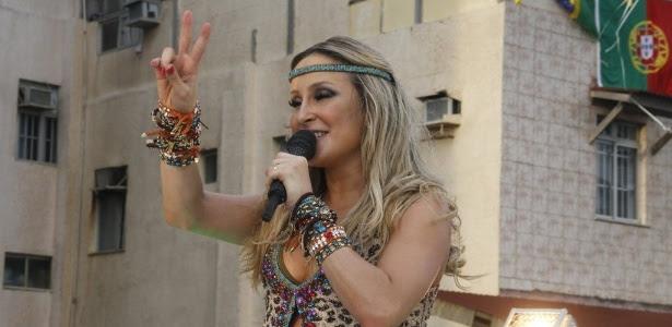 """Claudia Leitte faz o sinal de """"paz e amor"""" em seu primeiro show no Carnaval de Salvador 2013"""
