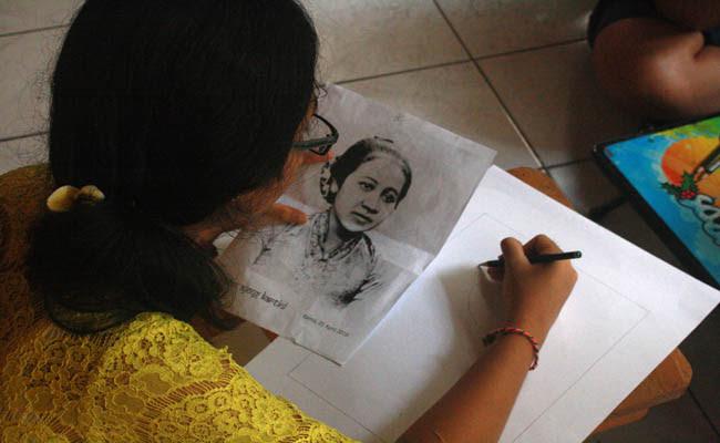 Ratusan Siswa Ikuti Lomba Lukis Wajah Ra Kartini Koranjuricom