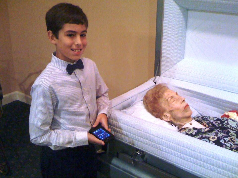 menino sorri no velorio da avó