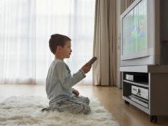 anak sedang menonton televisi