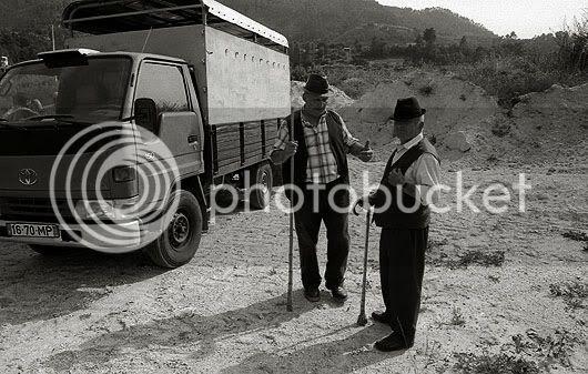 dois homens e uma carrinha