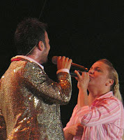 Tarkan and Kibariye duet on stage