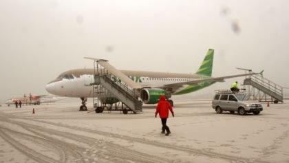 Gambar 6. Pesawat yang terpapar debu tergolek di landasan yang dipenuhi debu vulkanik Letusan Kelud 2014 di Bandara Adisucipto, Yogyakarta, pada Jumat 14 Februari 2014. Sumber: Tempo, 2014.