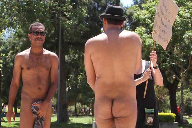 Dois homens ficam nus em protesto no Parque da Redenção em Porto Alegre Itamar Aguiar/Estadão Conteúdo