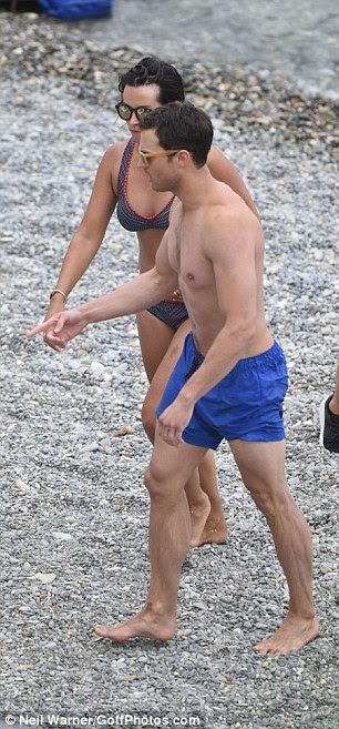 Fiel!  Amelia ficou firmemente ao lado de seu marido durante as filmagens de Fifty Shades Darker na França