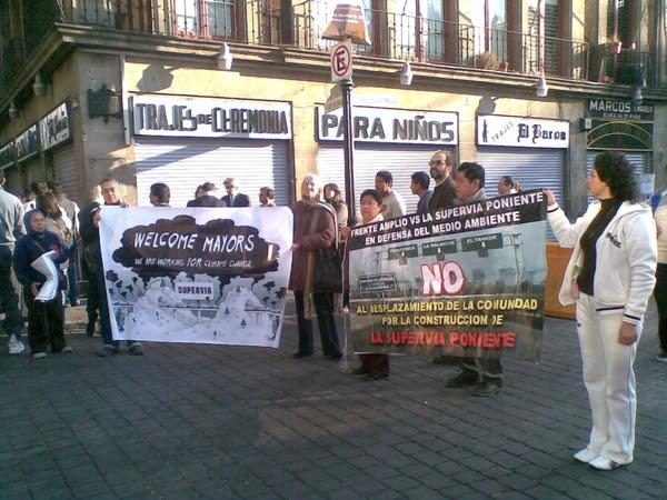 Compañeros del Frente Amplio vs #supervia se manifiestan al exterior de la cumbre de alcaldes.
