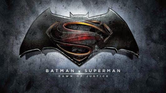 """""""באטמן נגד סופרמן: שחר הצדק"""" - תמונות חדשות וגם צעצוע חדש"""