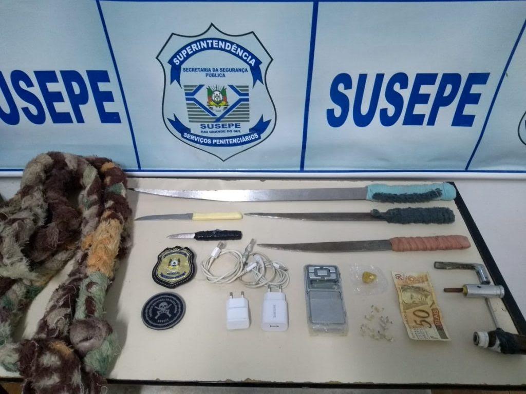 Agentes encontram facas, carregadores de celular e corda artesanal após revista no PRPF