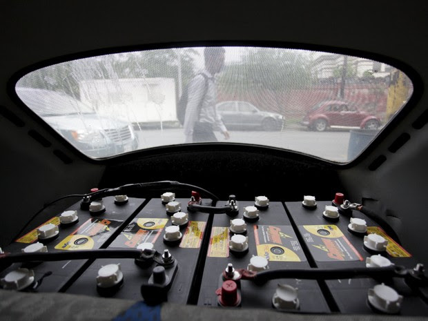 Baterias ficam na parte de trás do veículo (Foto: Daniel Becerril / Reuters)