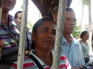 Adeilda Ferreira Cunha, dona de casa, aguarda na fila para realizar biometria no Recife (Foto: Antônio Coelho/TV Globo)