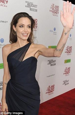 Inked: vestido elegante Angelina exibiu algumas de suas muitas tatuagens