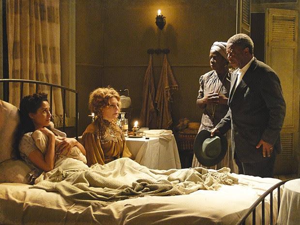 Afonso fica arrasado ao ver o neto e consola Isabel (Foto: Lado a Lado / TV Globo)