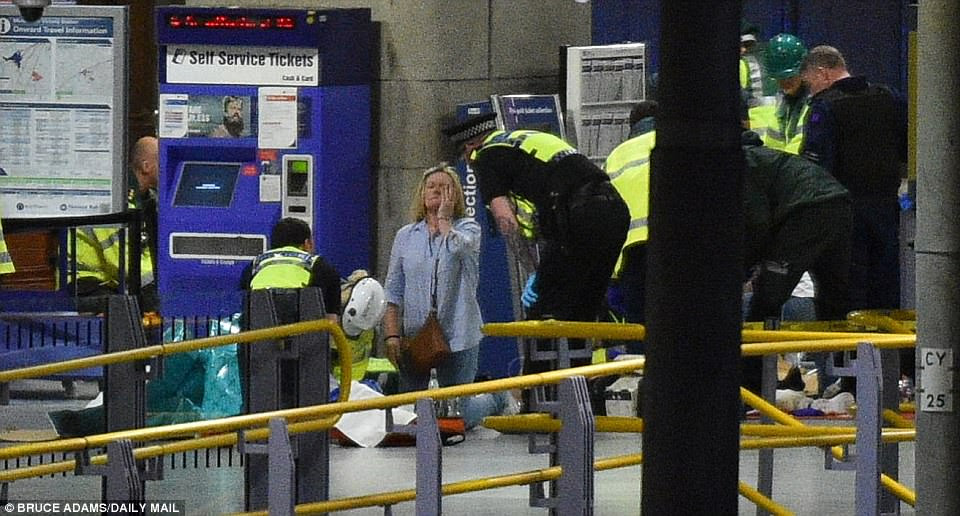 Esta foi a cena dentro da Arena Manchester ontem à noite depois do ataque terrorista no concerto teen