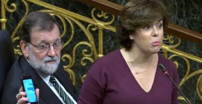 Rajoy enseña el móvil a Rivera.