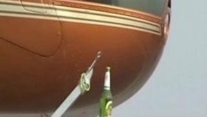 Piloto chinês tenta abrir garrafa de cerveja com helicóptero (Foto: BBC)