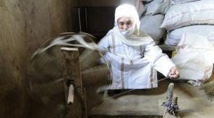 بانویی ترکمن در حال ابریشمبافی به روش سنتی
