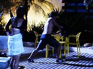 Cobra dá no pé quando Roberta falgra o casal e diz que chamou a polícia (Foto: TV Globo)