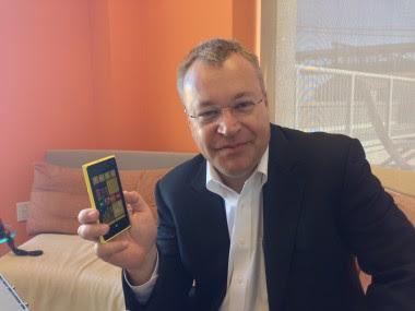 O CEO da Nokia Stephen Elop e seu Lumia 920 (Foto: Reprodução)