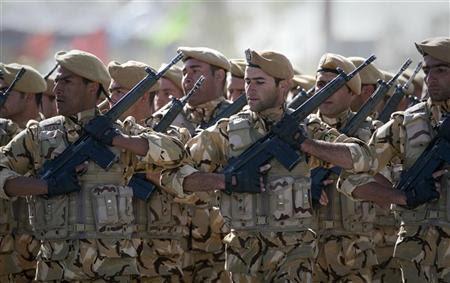 NOTA DO EDITOR: a Reuters e outros meios de comunicação estrangeiros estão sujeitos a restrições iranianas em sair do escritório para cinema relatório, ou tirar fotos em Teerã. Soldados iranianos marcha em formação durante o desfile do Dia do Exército militar em Teerã 18 de abril de 2011. REUTERS / Caren Firouz