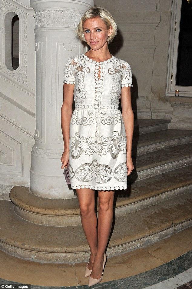 Babydoll: Cameron caiu em um vestido girly creme de renda para atender mostrar Valentino está no Hotel Salomon de Rothschild, esta noite