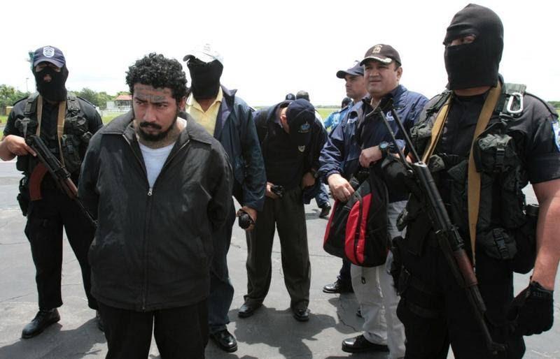 Under skarp bevogtning overdrager politiet fra Nicaragua den 29-årige Turcios Angel til Interpol i 2009. Han blev regnet for at være øverste chef for Mara Salvatrucha og 'yderst farlig'. (Foto: All Over Press)