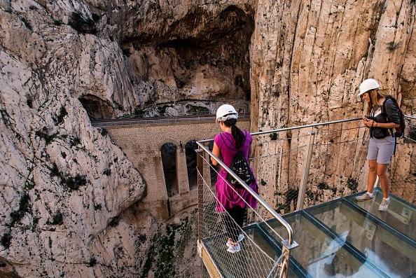 Turistas observam altura, em instalações recém-inauguradas (Foto: Getty Images)