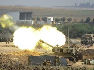 Canhão israelense dispara contra alvos na Faixa de Gaza perto da fronteira nesta terça-feira (29) (Foto: David Buimovitch/AFP)