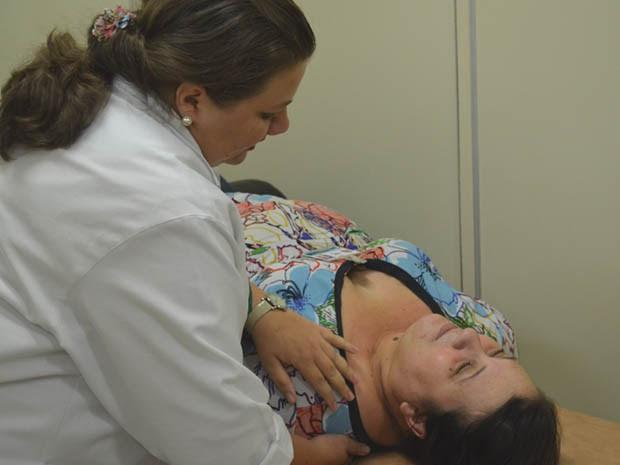 Mulheres são submetidas a massagens na região do pescoço e cabeça, além de técnicas de respiração. (Foto: Rodolfo Tiengo/ G1)