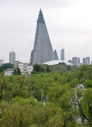 O futurista hotel Ryugyong, cravado no centro da capital norte-coreana, Pyongyang, daria inveja a diretores de ficção científica (Foto: Philipp Meuser)