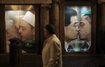 A imagem do Papa a dar um beijo a Safwad Hagazi, imã do Cairo, foi retirada mas as restantes cinco mantêm-se