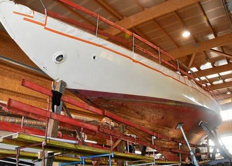 La coque et les lignes racées de ce grand plan Fife cachent un intérieur de toute beauté. Un des plus beaux aménagements de bateau au monde !