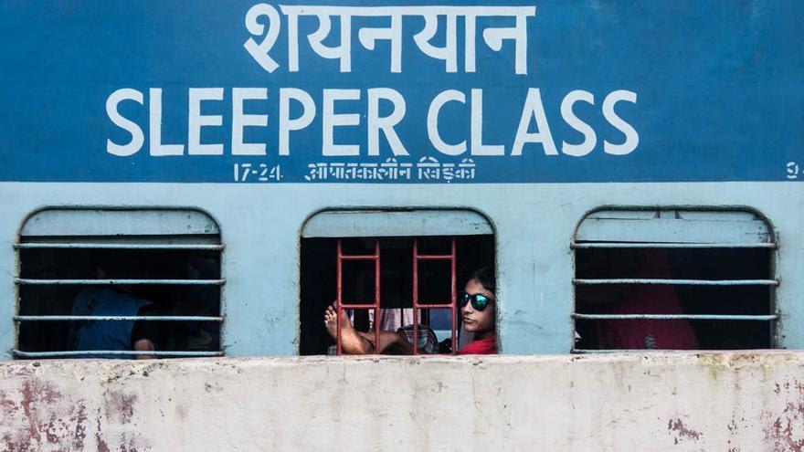La estación de Varanasi recibe más de 300.000 pasajeros al día. En los trenes trabajan niños que viven entre el andén, el vagón y la chabola (Foto: Juan Luis Sánchez)