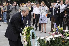 Kevin Rudd visits Hiroshima memorial