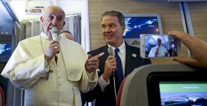 El papa Francisco (i) charla con periodistas a bordo del vuelo hacia Chile hoy, 15 de enero de 2018. /EFE