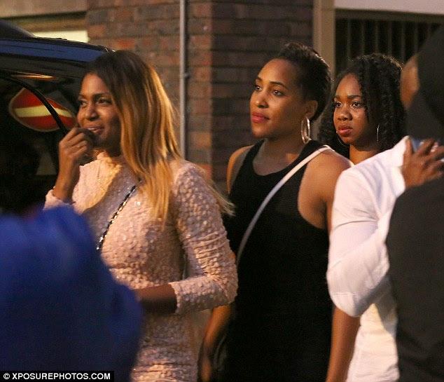 Fila: As mulheres que estiveram no clube Cirque le Soir apareceu a fila para entrar em um transportador de pessoas que estava indo para o hotel de Bolt