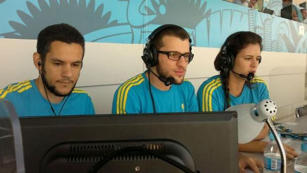 Gabriel Mayr, André Varanda e Natália Caldeira fizeram a transmissão do jogo de abertura