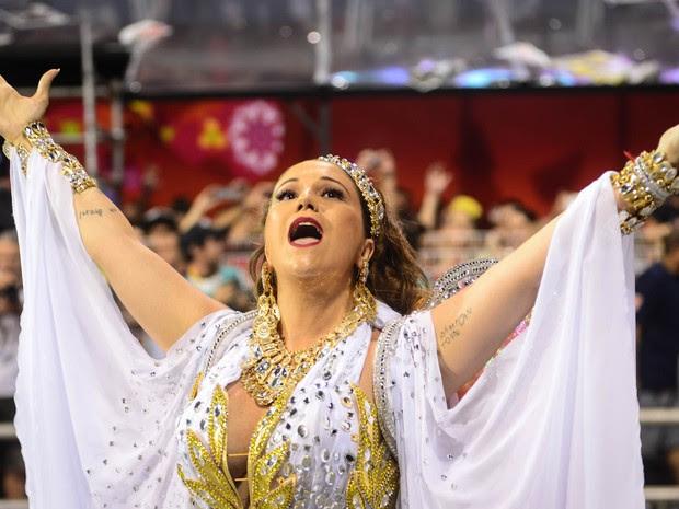 A cantora Maria Rita, filha de Elis Regina, canta chamando o público no desfile da Vai Vai, que homenageia sua mãe (Foto: Flavio Moraes/G1)