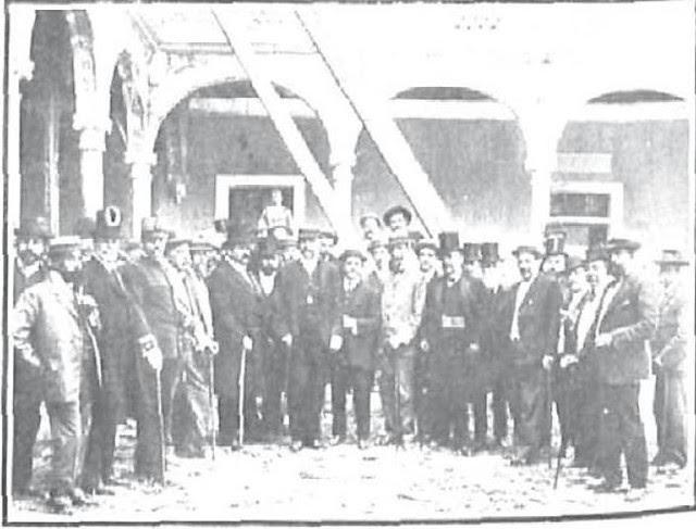 Autoridades en la visita tras el hundimiento en el Claustro del Hospital de Santa Cruz el 7 de septiembre de 1906. Foto Lucas Fraile para Nuevo Mundo