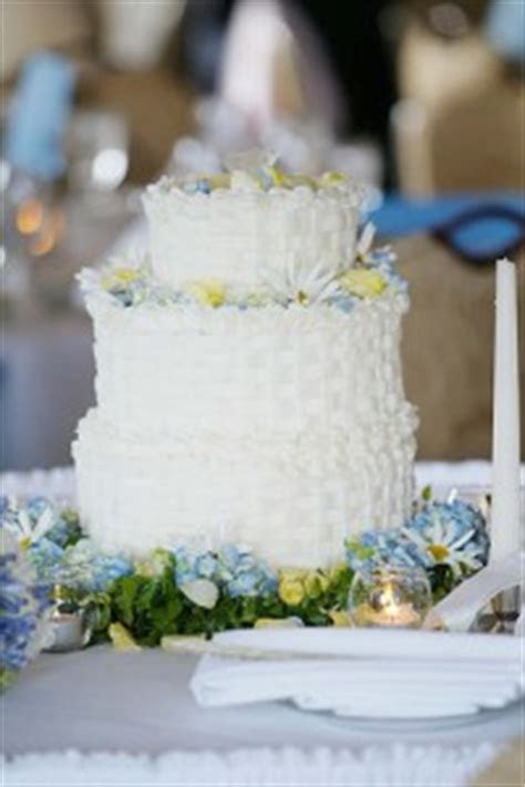 How Much Does a Wedding Cake Cost?   HowMuchIsIt.org