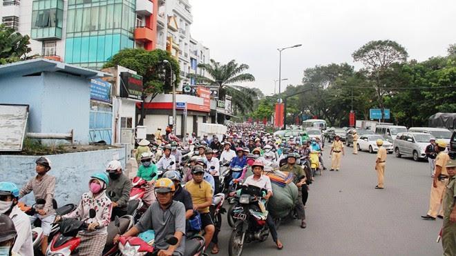Hình ảnh Tai nạn giao thông chết người, đường ra sân bay Tân Sơn Nhất kẹt cứng số 1