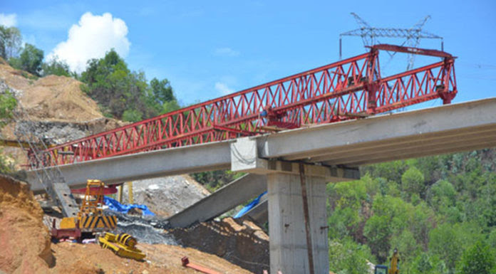 Các thanh dầm cầu vượt đang xây bị đổ sập do... trời mưa. (Hình: Người Lao Ðộng)