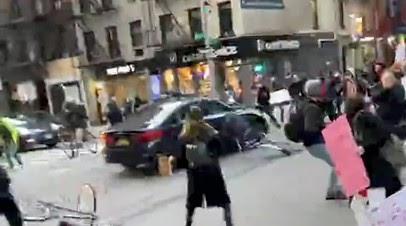 Полиция выясняет обстоятельства наезда машины на людей в Нью-Йорке