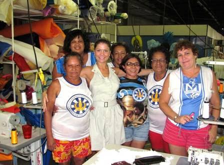 Bárbara Borges visita barracão e faz prova final da fantasia