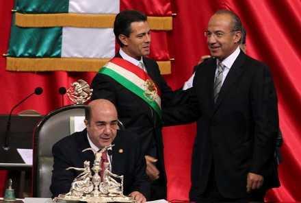 Peña-Nieto-y-Calderón.-Entrega-del-poder-440x296